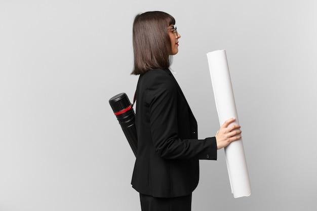 Vrouw in profielweergave die ruimte vooruit wil kopiëren, denken, fantaseren of dagdromen