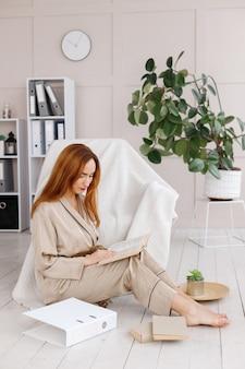 Vrouw in pyjama werkt op afstand thuis
