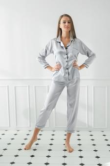 Vrouw in pyjama