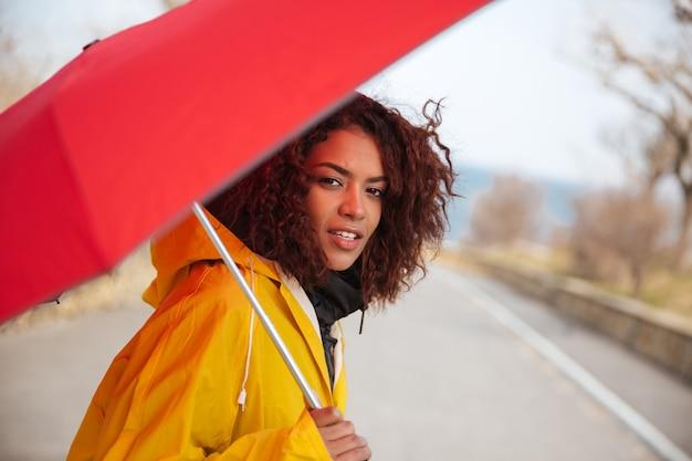 Vrouw in regenjas