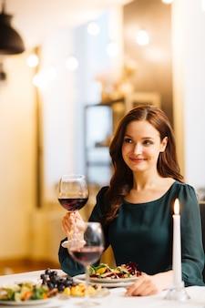 Vrouw in restaurant