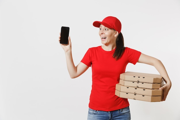 Vrouw in rode dop, t-shirt eten bestellen italiaanse pizza in kartonnen flatbox dozen geïsoleerd op een witte achtergrond. vrouwelijke koerier met mobiele telefoon met leeg zwart leeg scherm. leveringsconcept.