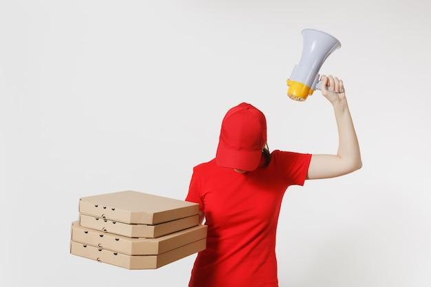 Vrouw in rode dop, t-shirt gebogen hoofd, eten bestellen pizzadozen geïsoleerd op een witte achtergrond. vrouwelijke koerier schreeuwt in megafoon, met italiaanse pizza in kartonnen flatbox. leveringsconcept.