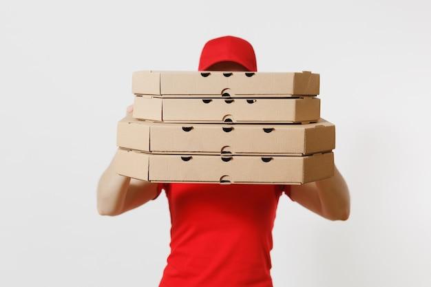 Vrouw in rode dop, t-shirt geven eten bestellen pizzadozen geïsoleerd op een witte achtergrond. vrouwelijke pizzaman werkt als koerier of dealer met italiaanse pizza in kartonnen flatbox. levering dienstverleningsconcept.
