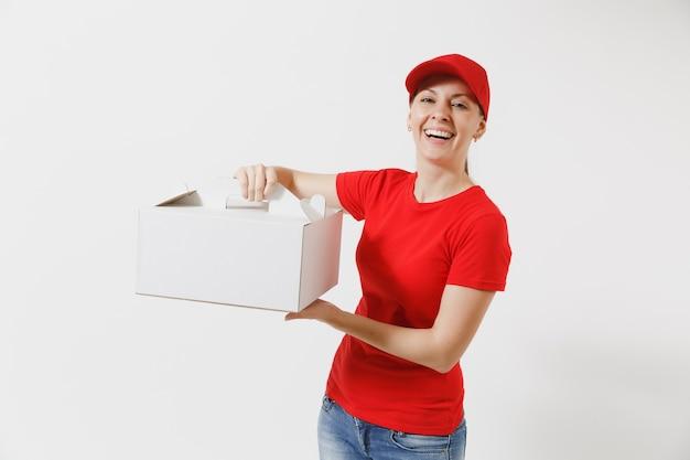 Vrouw in rode dop, t-shirt geven eten bestellen taartdoos geïsoleerd op een witte achtergrond. vrouwelijke koerier met dessert in ongemarkeerde kartonnen doos. levering dienstverleningsconcept. pakket ontvangen. ruimte kopiëren.