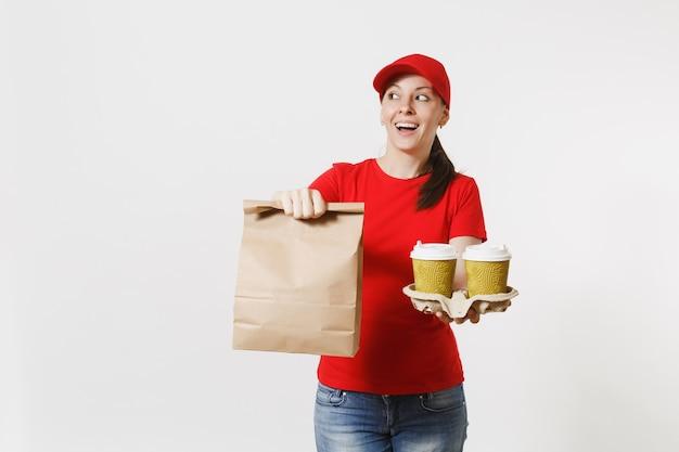 Vrouw in rode dop, t-shirt geven fastfood bestelling geïsoleerd op een witte achtergrond. vrouwelijke koerier met papieren pakje met eten, koffie. levering van producten van winkel of restaurant bij u thuis. ruimte kopiëren