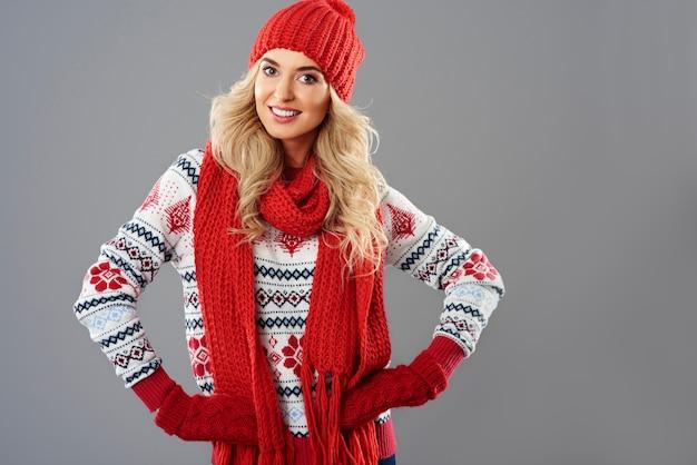 Vrouw in rode en witte winterkleren