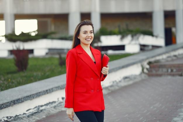 Vrouw in rode jas met behulp van een tablet