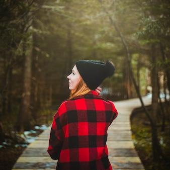 Vrouw in rode jas