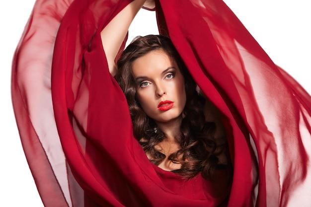 Vrouw in rode jurk vliegen op wind. detailopname