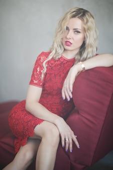 Vrouw in rode jurk