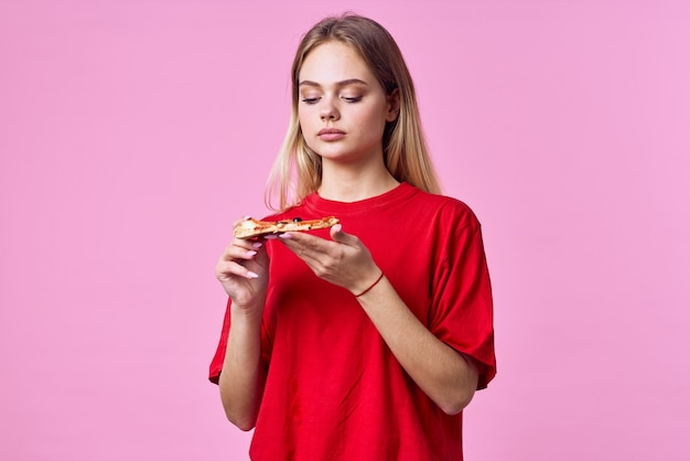Vrouw in rode tshirt fastfood snack roze achtergrond