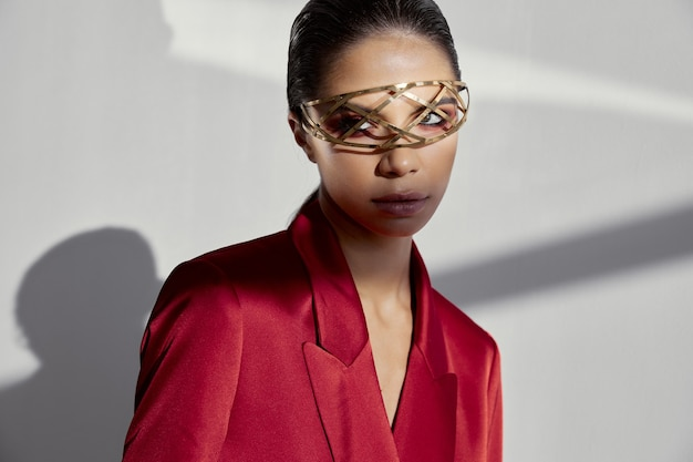 Vrouw in rood jasje met juwelen voor ogen