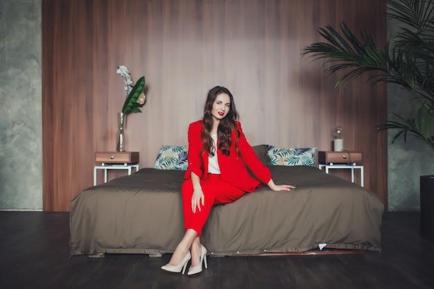 Vrouw in rood pak