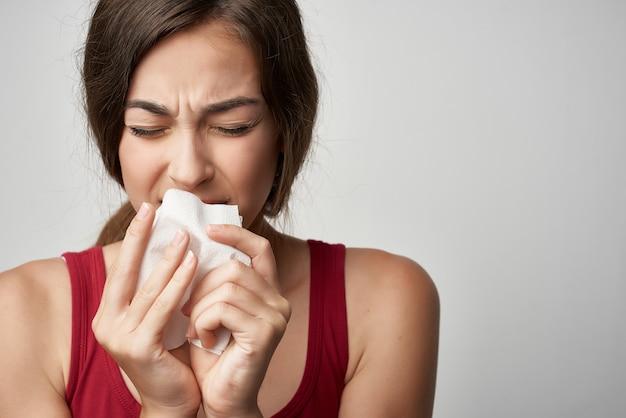 Vrouw in rood t-shirt koude zakdoek gezondheidsproblemen. hoge kwaliteit foto