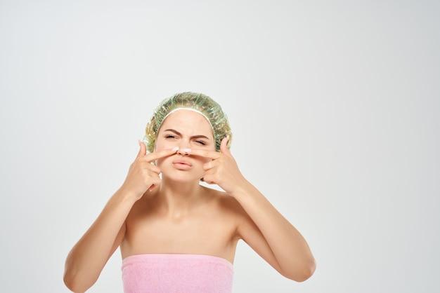 Vrouw in roze handdoek huidverzorging naakte schouders hygiëne Premium Foto