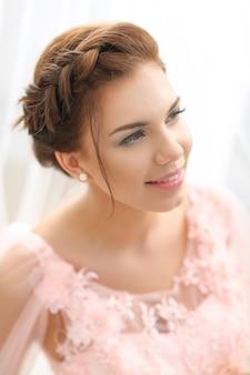 Vrouw in roze jurk