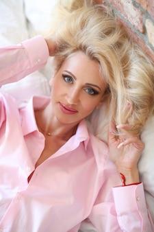 Vrouw in roze overhemd