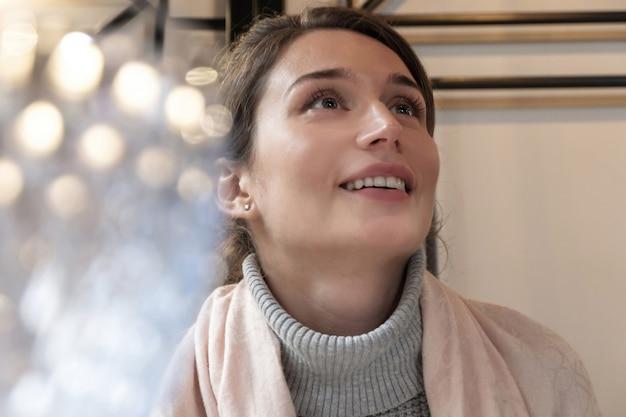 Vrouw in roze sjaal bij een restaurant bij lunch