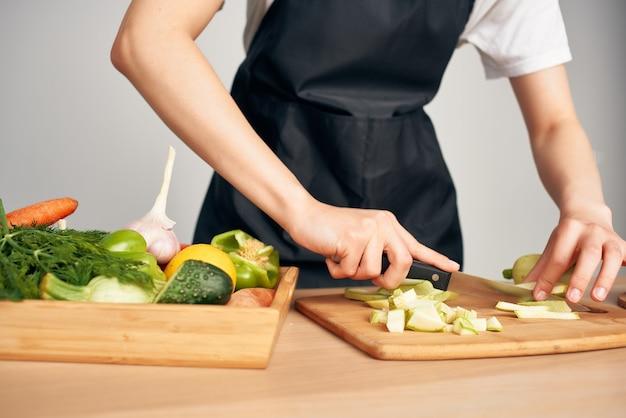 Vrouw in schort kokende huisvrouw in de keuken