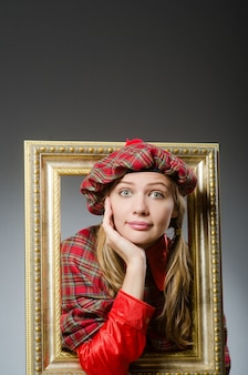 Vrouw in schotse kleding in kunstconcept