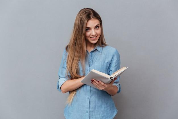 Vrouw in shirt leesboek