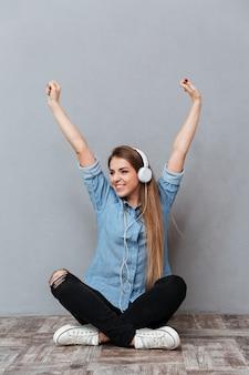 Vrouw in shirt luisteren muziek