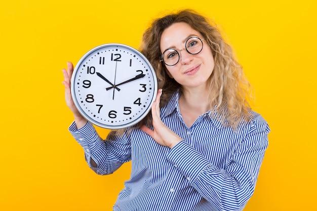 Vrouw in shirt met klokken