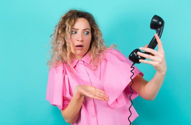 Vrouw in shirt met telefoon