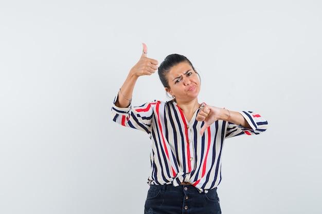 Vrouw in shirt, rok met duimen op en neer en besluiteloos op zoek