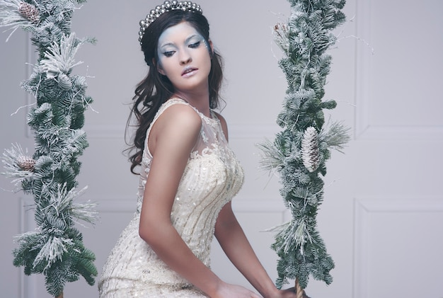 Vrouw in sneeuwkoningin kostuum