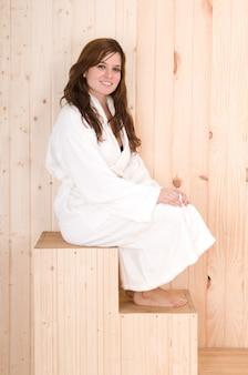 Vrouw in spa of sauna na een lichaamsbehandeling of massage