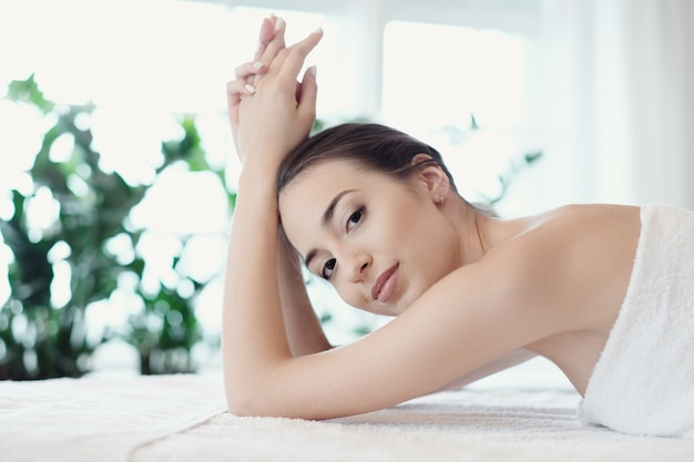 Vrouw in spa salon