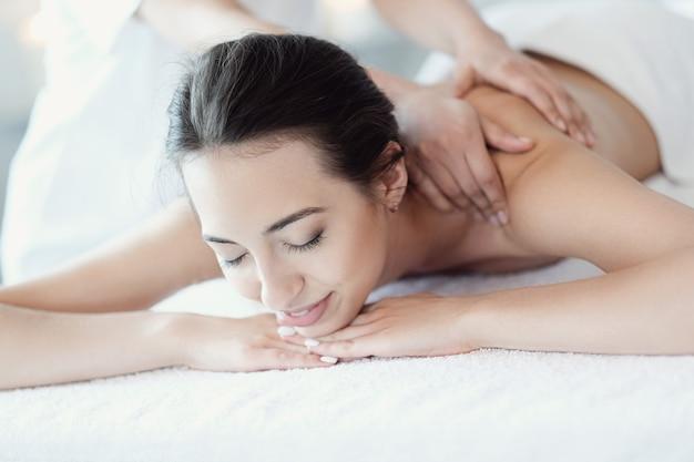 Vrouw in spa salon