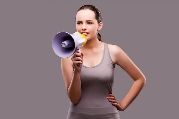 Vrouw in sportconcept met luidspreker