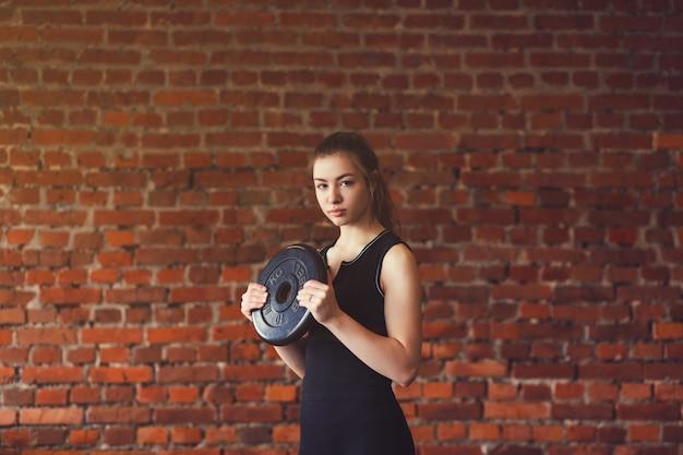 Vrouw in sportkleding crossfit doen