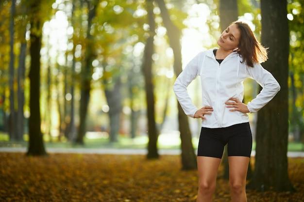 Vrouw in sportkleding die buiten opwarmt