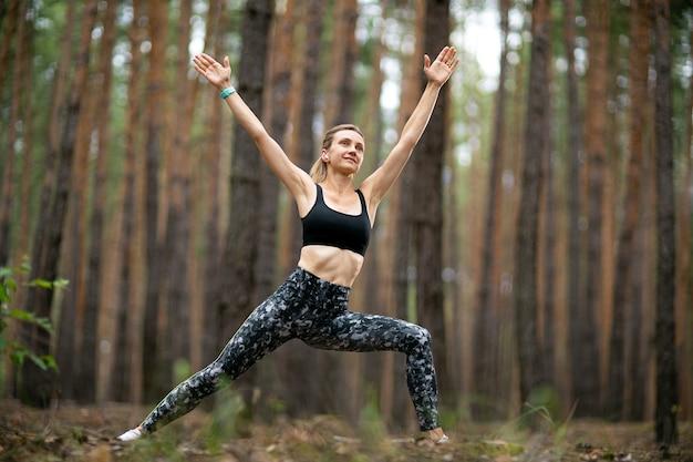 Vrouw in sportkleding traint buitenshuis, gewichtsverlies oefening. yoga, concept van functionele training.