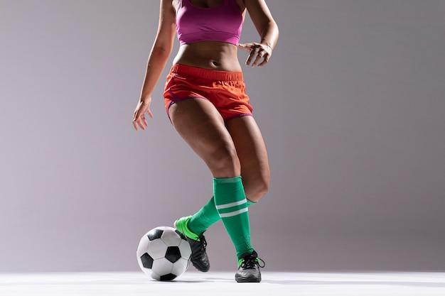 Vrouw in sportkleding voetballen