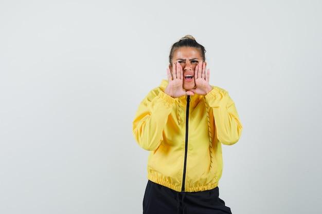 Vrouw in sportkostuum schreeuwt of vertelt geheim en kijkt opgewonden, vooraanzicht.