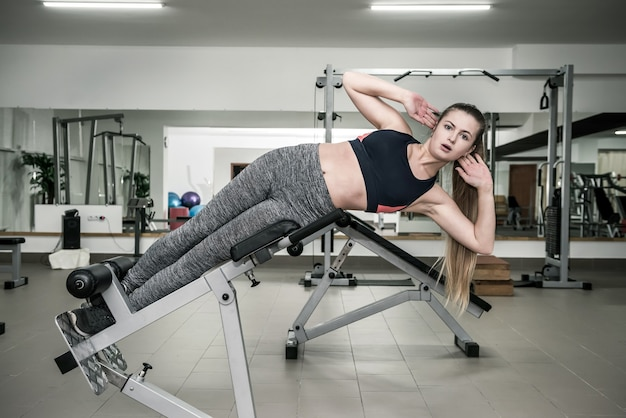 Vrouw in sportschool oefeningen voor pers maken
