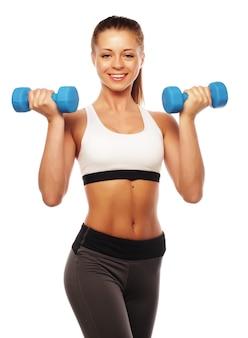 Vrouw in sportuitrusting praktijk met handgewichten geïsoleerd op wit