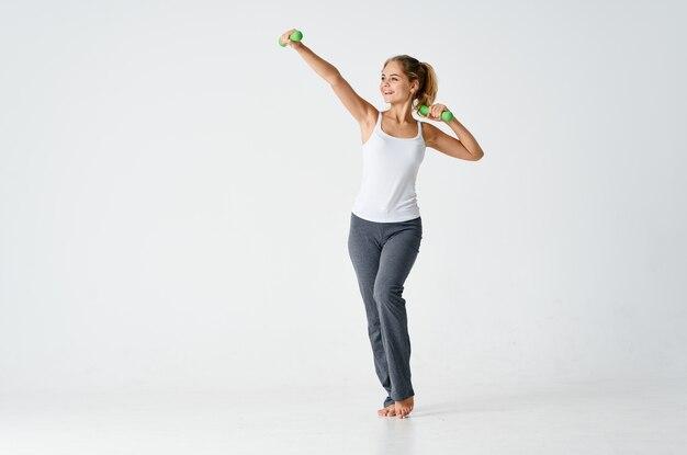 Vrouw in sportuniform oefening workout spieren