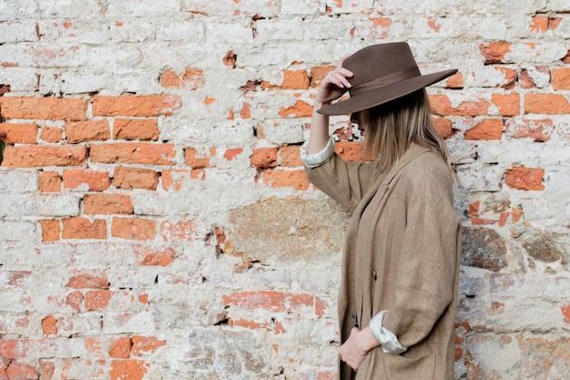 Vrouw in stijl hoed en jas