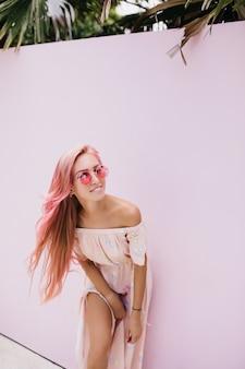 Vrouw in stijlvolle zomerjurk warme dag.