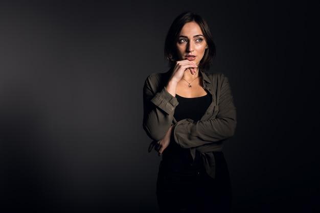 Vrouw in studio op zwarte achtergrond