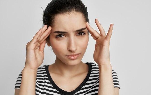 Vrouw in t-shirt met haar hoofd ontevreden gezondheidsprobleem.