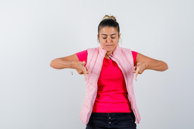 Vrouw in t-shirt, vest naar beneden gericht en gefocust