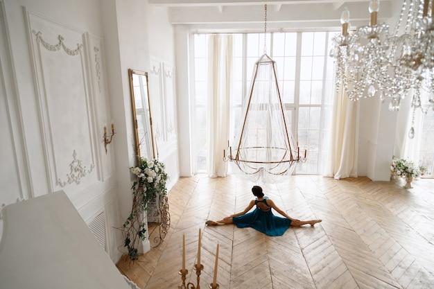 Vrouw in touw in een mooie elegante hal