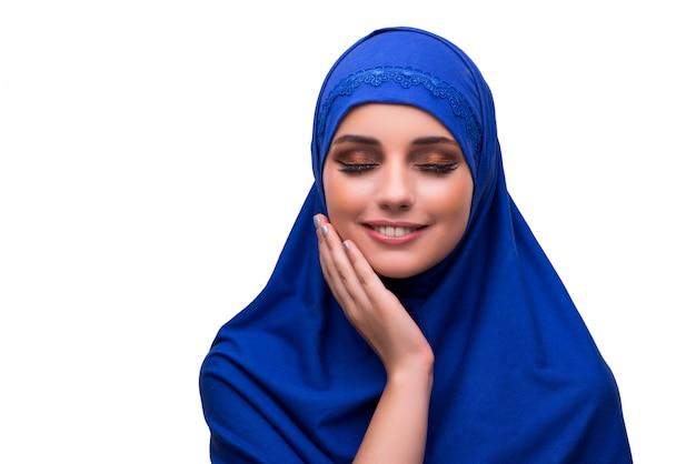 Vrouw in traditionele moslimdiekleding op wit wordt geïsoleerd